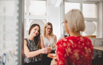 Hostesky nabízející welcome drink při vstupu do Klubovny Riegrovy 51