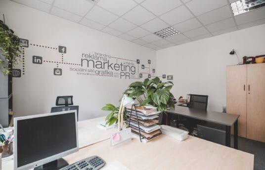 Kancelář v Riegrově 51 s marketingovými nápisy na zdi