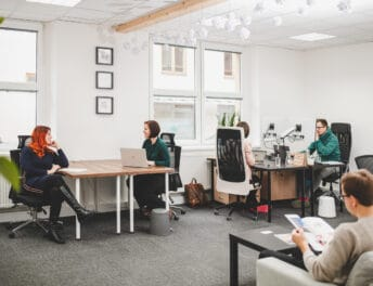 Záběr na coworking Pracovna R51 v Riegrově 51 s lidmi