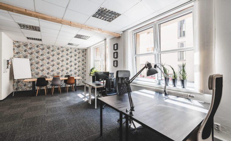 Záběr na pracovní stoly v coworkingu Pracovna R51 v Riegrově 51