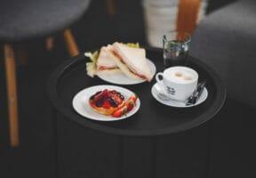Sendvič, tartaletka, káva a voda složení coffee breaku 4