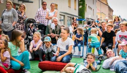 Děti v ulici na akci Riegrova žije před Riegrovou 51