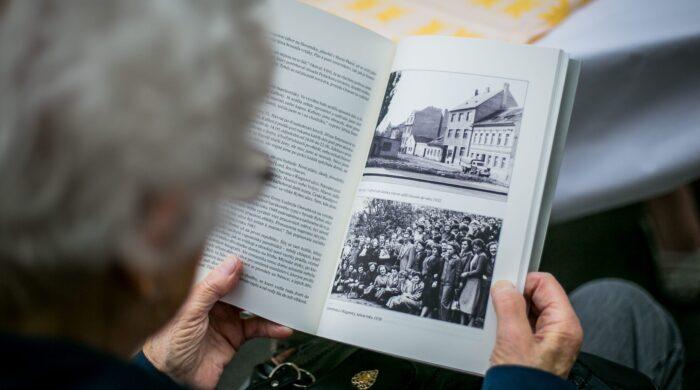 Stránky z knihy Ta továrna o historii Riegrovy 51