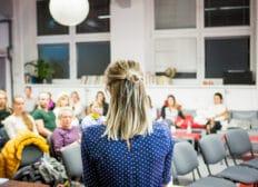 Přednášející během festivalu Inspiromat v prostoru Galerie v Riegrově 51