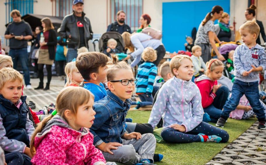 Děti na akci Riegrovka na dvoře Riegrovy 51