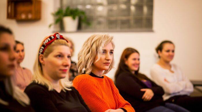 Účastníci přednášky Inspiromat v prostoru Kavárny v Riegrově 51