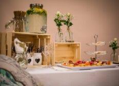 Stůl s cateringem a nápoji od City Gastro