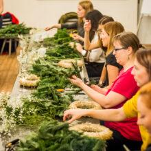 Výroba vánočních věnců během workshopu na festivalu Inspiromat v Riegrově 51