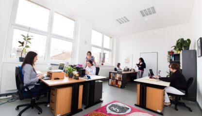 Prosvětlená kancelář s lidmi v Riegrově 51