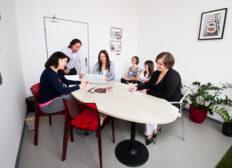 Zasedací místnost v Riegrově 51 s týmem lidí