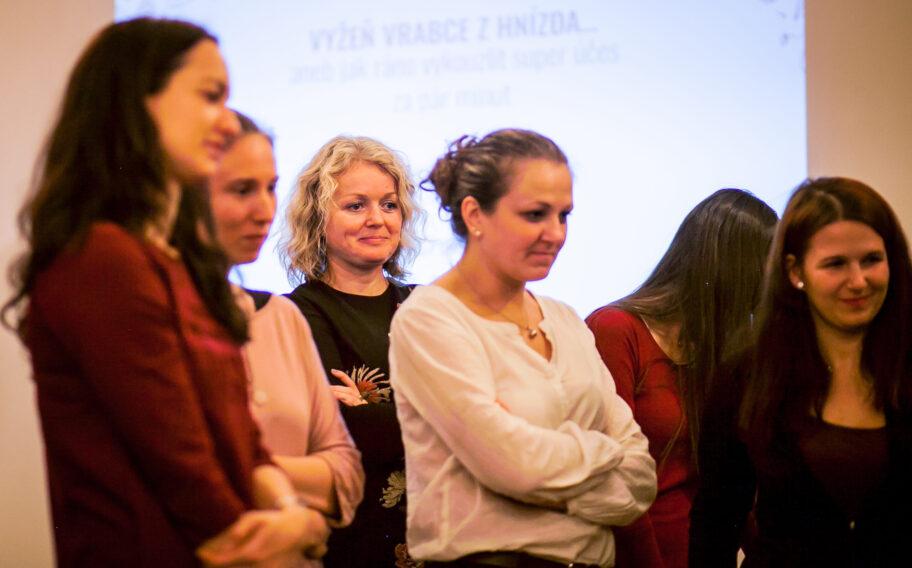 Účastnice workshopu na úpravu účesu během festivalu Inspiromat v Riegrově 51
